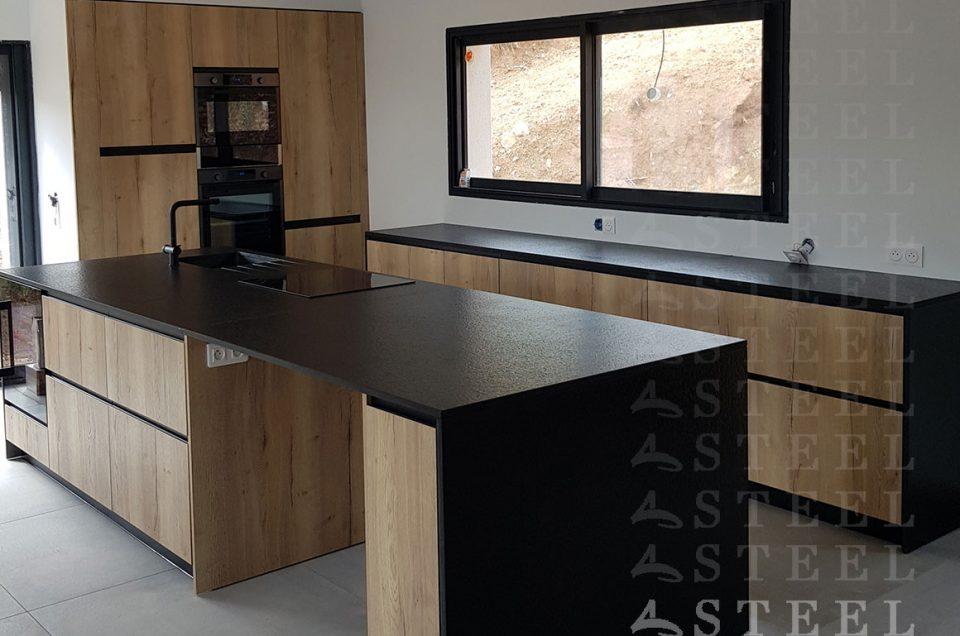 Une cuisine bois, plan de travail noir