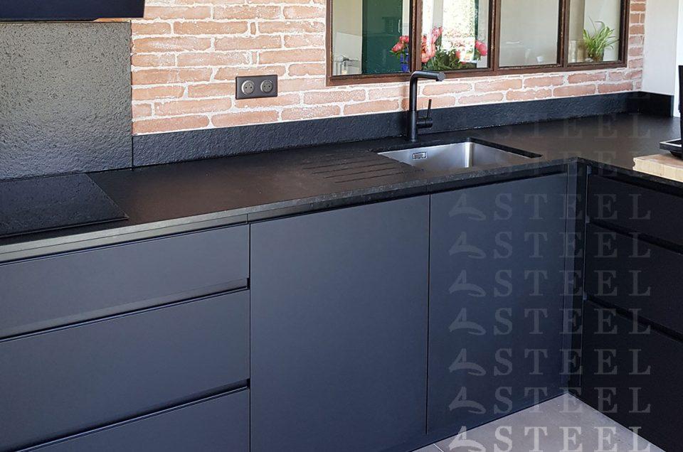 Cuisine / style All Black avec une verrière atelier